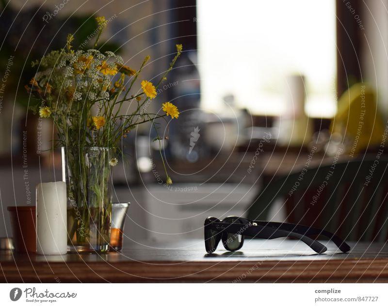 Kerze, Blumen & Sonnenbrille Erholung Blume Haus Innenarchitektur Wohnung Raum Lifestyle Häusliches Leben Dekoration & Verzierung Ernährung Tisch Blühend Pause Küche Möbel Blumenstrauß