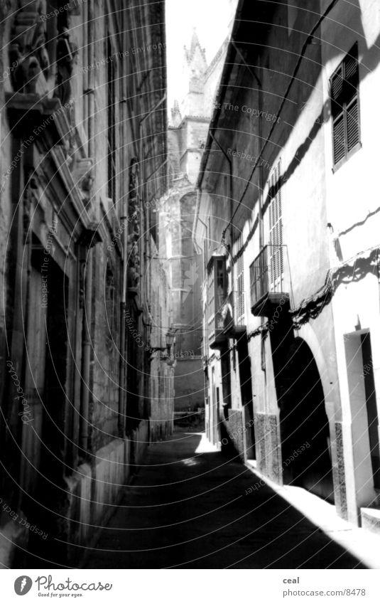 lange gasse weiß schwarz Architektur Bild Gasse