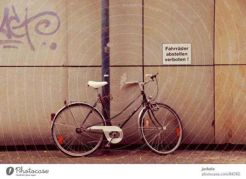 Rules And Regulations Freizeit & Hobby Fahrrad Hinweisschild Warnschild Graffiti dreckig Verbote Regelung Gesetze und Verordnungen Wand Schlechte Laune