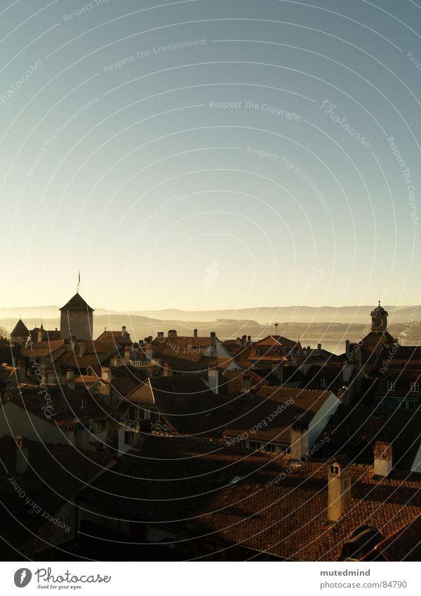 über den Köpfen der Häuser Stadt Ferne Dach Schweiz Skyline historisch Schornstein Abenddämmerung Altstadt