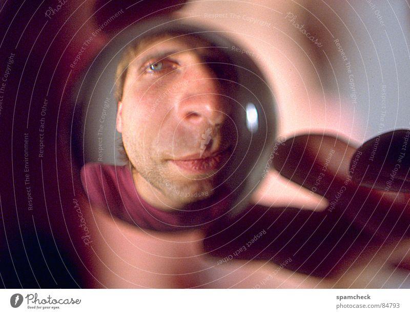 Kugelkopf Mann Hand Auge 18-30 Jahre Gesichtsausdruck Identität Charakter Verzerrung Junger Mann Glaskugel Männergesicht kugelrund Gesichtsausschnitt Alter Ego