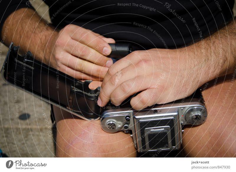 Rollenspiel Mensch Hand Erwachsene maskulin Behaarung sitzen frei Beginn Warmherzigkeit retro neu festhalten Fotokamera Leidenschaft analog Geborgenheit