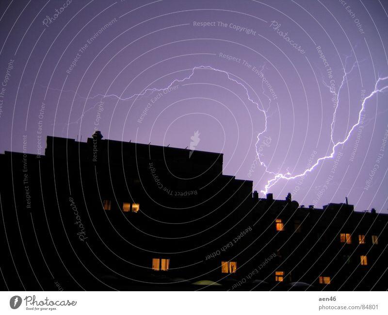 Stadtgewitter Stadt Haus dunkel Blitze Gewitter Unwetter Donnern