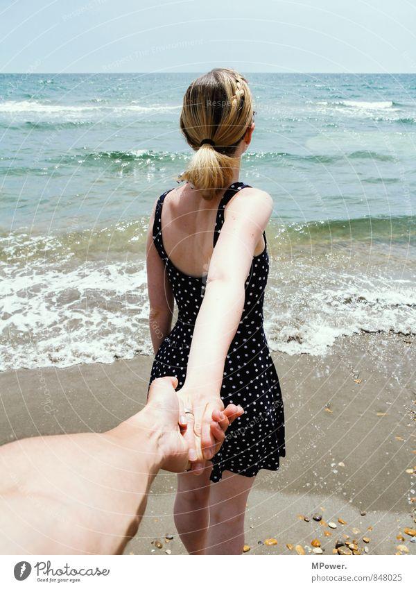 hand in hand Mensch Ferien & Urlaub & Reisen Jugendliche schön Meer Junge Frau 18-30 Jahre Junger Mann kalt Erwachsene feminin Liebe gehen Horizont Paar