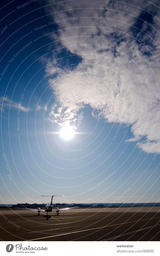 plane in the sun Himmel Sonne Deutschland Flugzeug Erfolg Flughafen Maschine Düsenflugzeug Landebahn Abdeckung Skipiste Flugplatz Fluggerät Passagierflugzeug Rollfeld