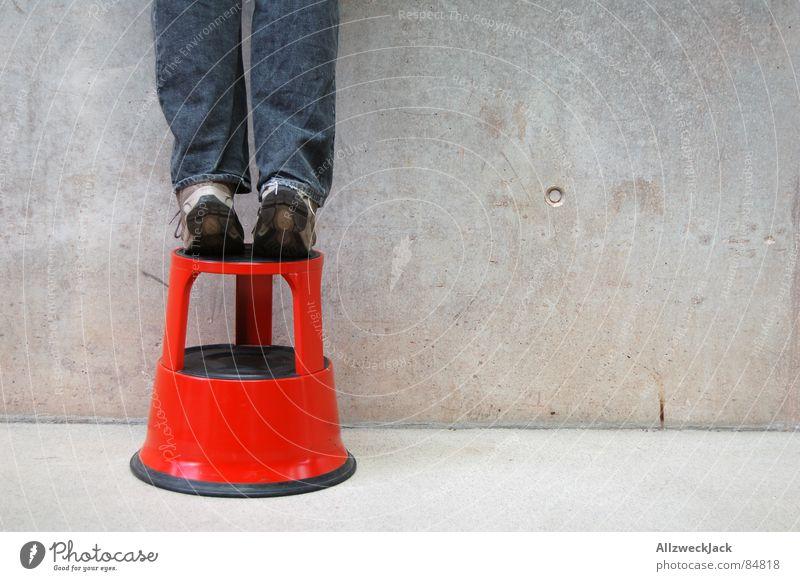 Zu klein Mann rot Wand Fuß klein groß Jeanshose stehen Dienstleistungsgewerbe Verkehrswege Politik & Staat kurz massiv Hocker Betonwand Zehenspitze
