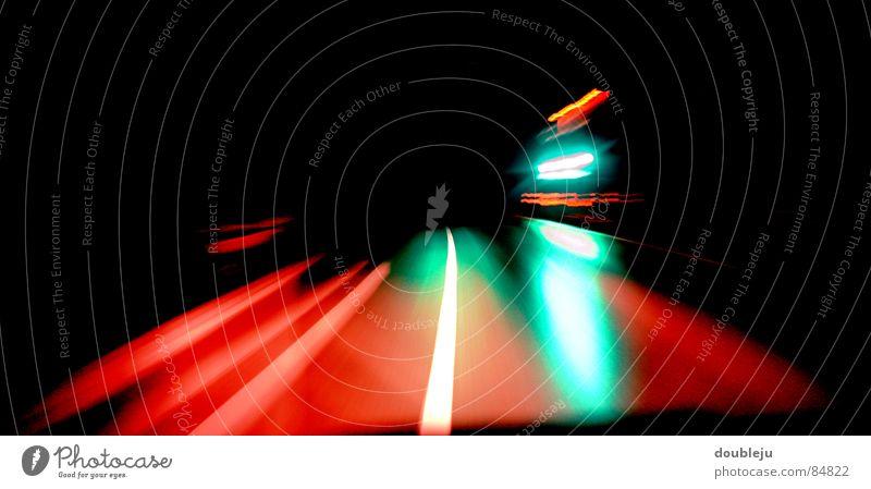 nachtfahrt grün rot schwarz Straße dunkel PKW Geschwindigkeit fahren Streifen Verkehrswege