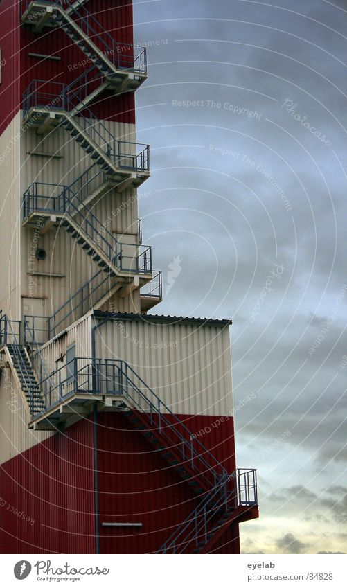 Begehbarer Pommes rot-weiss Himmel rot Wolken Arbeit & Erwerbstätigkeit Metall Tür Industrie Sicherheit Treppe Turm Getreide Stahl obskur Hütte Abenddämmerung