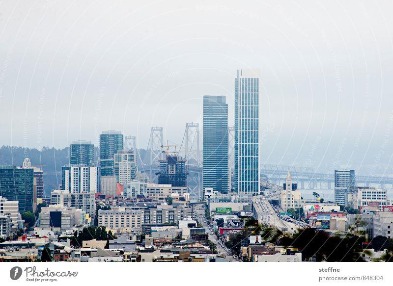 San Francisco   Überblick USA Nebel trüb Hügel Stadtzentrum Hochhaus Oakland Bay Bridge Textfreiraum oben
