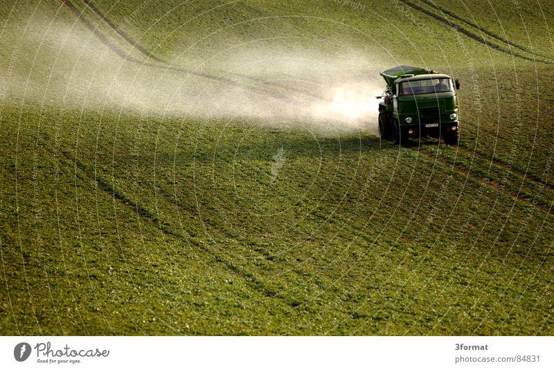 los-gehts Nutzfahrzeug Feld Landwirtschaft Ackerbau Fahrzeug Strukturen & Formen Nebel Staub Wege & Pfade Fußweg Einsamkeit Frühling Lastwagen abgelegen Gras