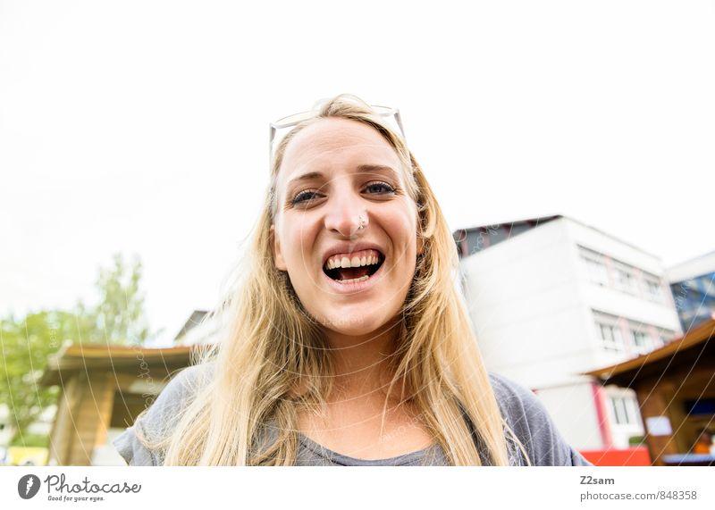 Sonnenschein Lifestyle Stil Fahrradfahren androgyn Junge Frau Jugendliche 18-30 Jahre Erwachsene T-Shirt Piercing Sonnenbrille rothaarig langhaarig Lächeln