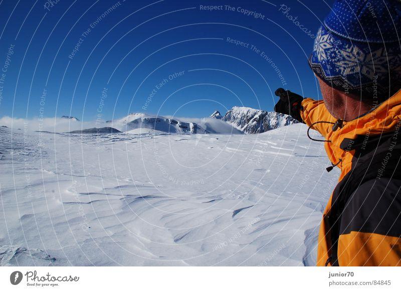 Der Bergführer Handschuhe Mütze kalt langsam Jacke Österreich Winter Berge u. Gebirge Bergsteigen Schnee Blauer Himmel orange Freiheit Natur Wind Glück