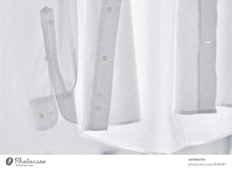 Hemd. Querformat. Baumwolle Bekleidung Haushalt Mode Stoff weiß Wäsche Knöpfe Knopfloch Herrenmode Herrenabend Anzug anziehen nackt Wäscheleine Textilien Naht