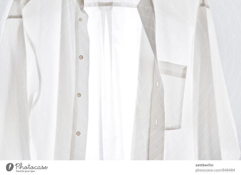 Lüften statt waschen Baumwolle Bekleidung Haus Haushalt Hemd Mode Stoff weiß Wäsche Knöpfe Knopfloch Herrenmode Herrenabend Herrenschneider Anzug anziehen nackt