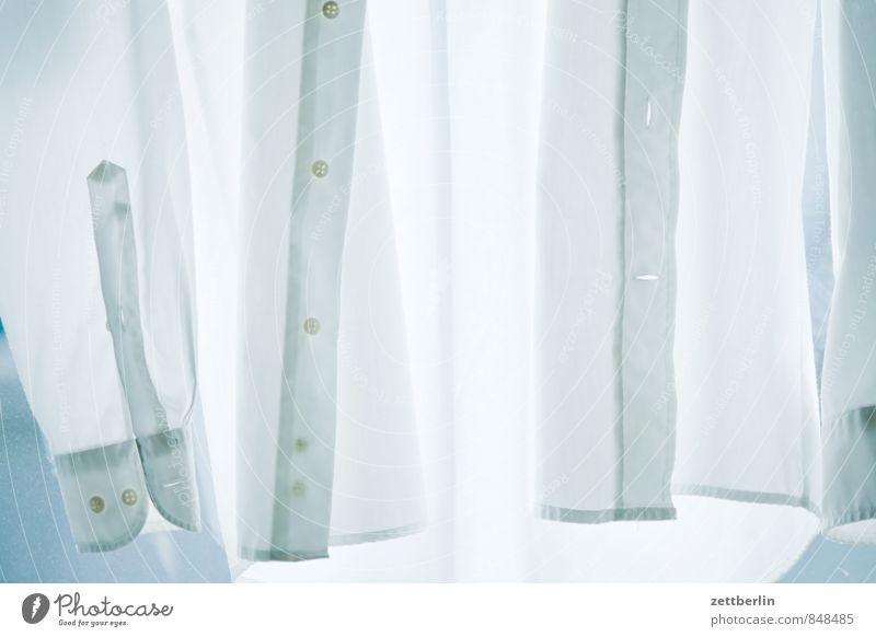Das einsame Hemmed Baumwolle Bekleidung Haus Haushalt Hemd Mode Stoff weiß Wäsche Knöpfe Knopfloch Herrenmode Herrenabend Anzug anziehen nackt Wäscheleine