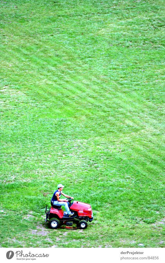 Der Rasenmähermann Mensch grün schön rot Wiese Gras klein Kunst Arbeit & Erwerbstätigkeit Feld groß Platz Wachstum Perspektive Wandel & Veränderung Streifen