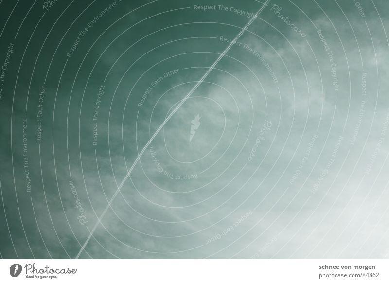 dreiundzwanzig vor eins grün Wolken Flugzeug hell dunkel Himmel Sommer Luftverkehr ziehen Kontrast Firmament Kondensstreifen