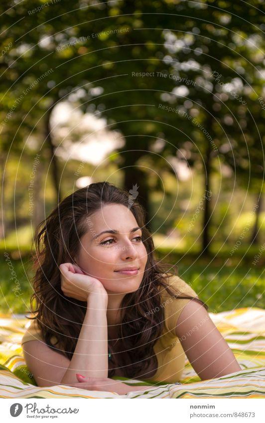 Porträt einer schönen jungen Frau, die auf dem Rasen im Park liegt. Lifestyle Freude Erholung Erwachsene Jugendliche 18-30 Jahre Natur Sommer Gras Wiese Lächeln