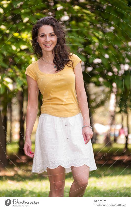 Porträt einer schönen jungen Frau im Park Lifestyle Erholung Freizeit & Hobby Sommer Erwachsene Jugendliche 1 Mensch 18-30 Jahre Natur Wiese Lächeln