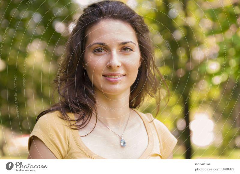 Porträt einer schönen jungen Frau im Park Lifestyle Gesicht Erholung Sommer Erwachsene Jugendliche 1 Mensch 18-30 Jahre Natur Wiese Lächeln Fröhlichkeit Glück