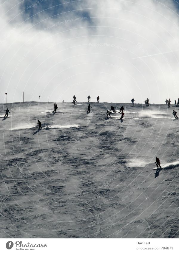 Auf der Piste Skifahren Skier Bundesland Kärnten Österreich Wintersport Nebel Skifahrer Sport Spielen schifoan Himmel Schnee Autobahnausfahrt Skipiste