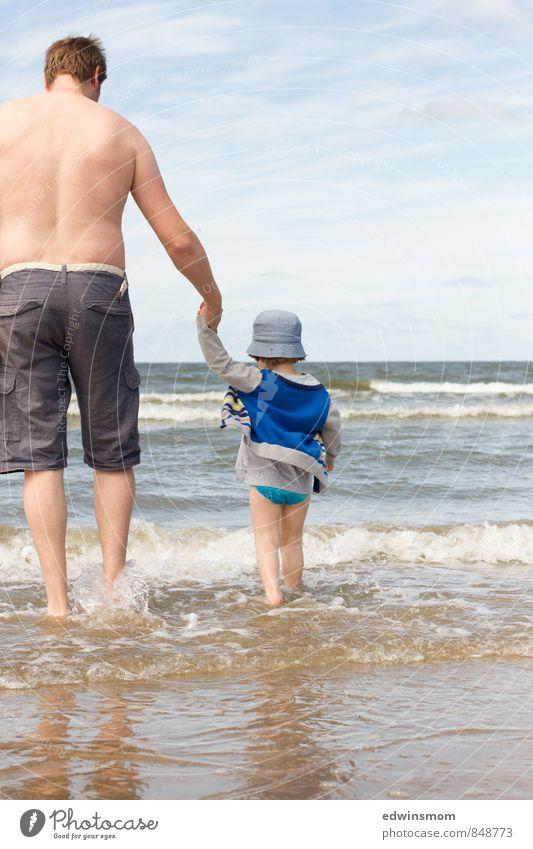 Tag am Meer Mensch Ferien & Urlaub & Reisen Mann blau weiß Wasser Sommer Strand Erwachsene hell gehen Zusammensein maskulin frei laufen genießen