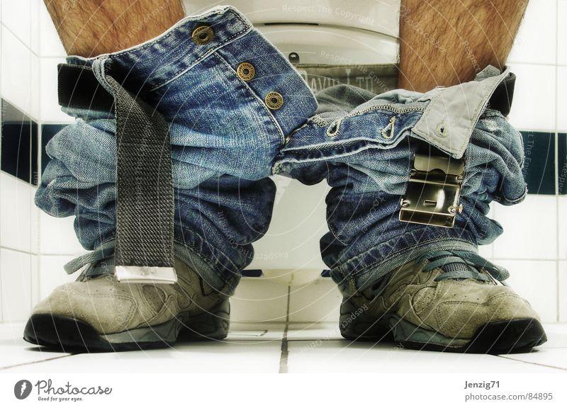 Pause. Mensch Erholung Schuhe sitzen Jeanshose Bad Sitzung Toilette Ladengeschäft Schalen & Schüsseln Thron Stuhlgang