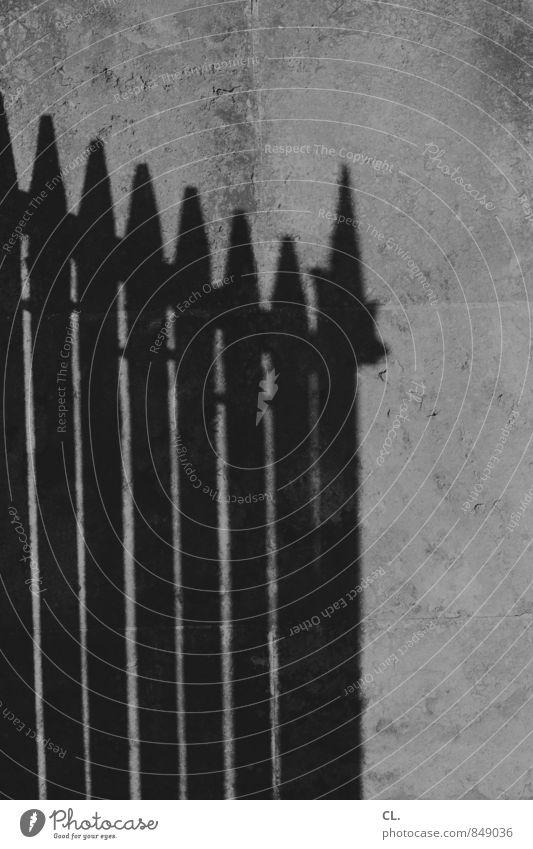 zaun Mauer Wand Zaun Barriere Grenze dunkel eckig trist bedrohlich Schutz Sicherheit stagnierend Konflikt & Streit Trennung Schatten Schattenspiel