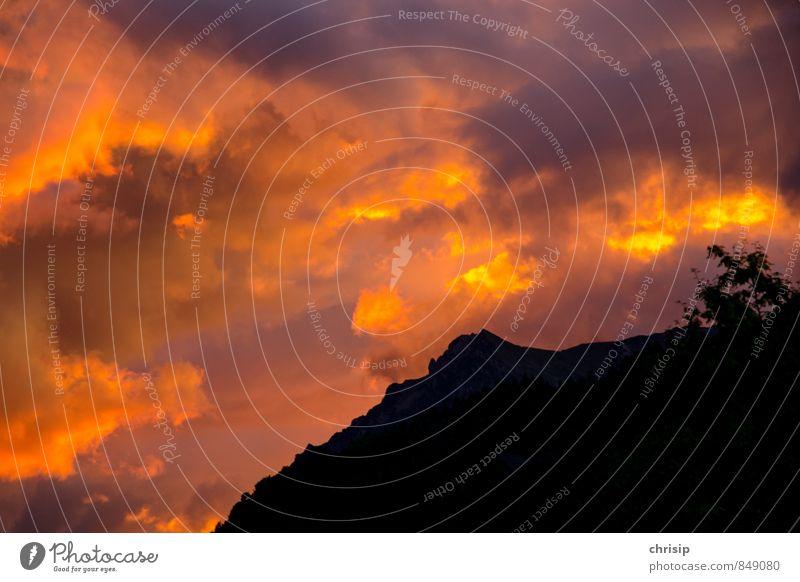 der Himmel brennt Umwelt Natur Landschaft Wolken Gewitterwolken Sonnenaufgang Sonnenuntergang Sonnenlicht Unwetter Berge u. Gebirge Gipfel dunkel fantastisch