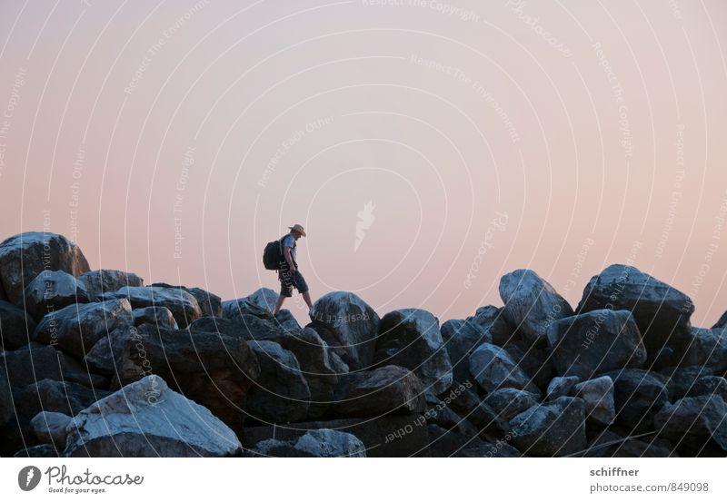 Große Kieselsteine Mensch Ferien & Urlaub & Reisen Jugendliche Einsamkeit Landschaft Junger Mann Küste Wege & Pfade gehen springen Felsen rosa maskulin einzeln