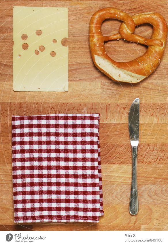 Set Lebensmittel Käse Teigwaren Backwaren Messer Essen Oktoberfest Ordnungsliebe planen Brezel Emmentaler Serviette Vesper Ernährung Kalorie Diät Farbfoto