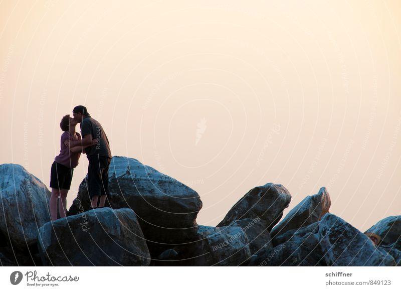 Bussi Bussi Gesellschaft Mensch maskulin feminin Junge Frau Jugendliche Junger Mann Erwachsene Paar Partner 2 Wolkenloser Himmel Felsen krabbeln Küssen