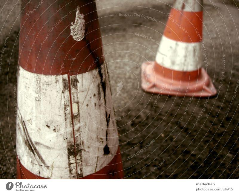 PYLONE DER LEIDENSCHAFT alt rot Denken 2 Arbeit & Erwerbstätigkeit dreckig Schilder & Markierungen Brand Verkehr gefährlich Sicherheit Bodenbelag bedrohlich Baustelle Hinweisschild Asphalt