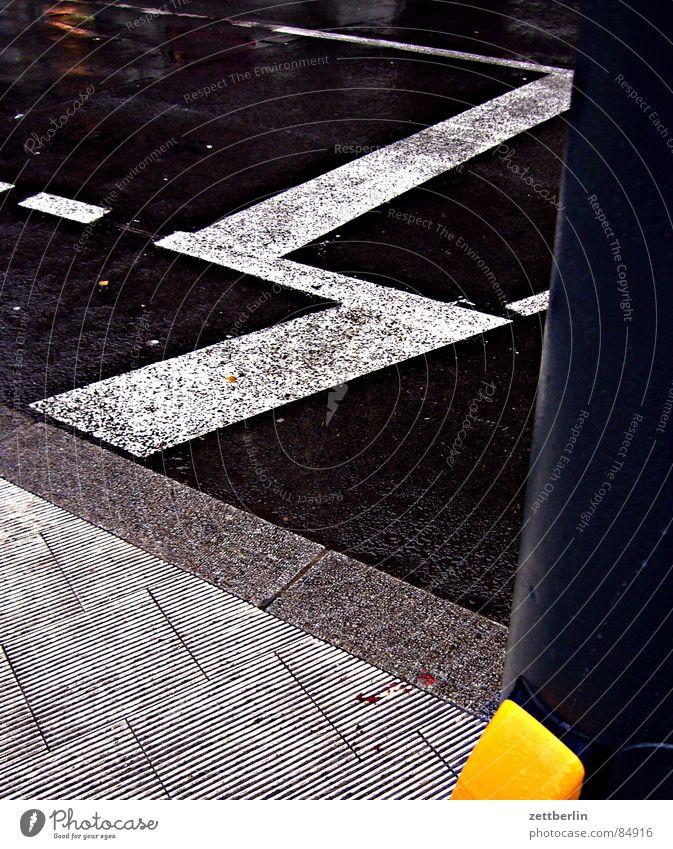Überblick {m} = overview Stadt Wege & Pfade warten gehen Straßenverkehr laufen Verkehr stehen Asphalt Mitte Bürgersteig Verkehrswege Stadtteil Straßenbelag