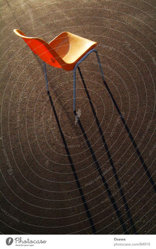 oranger Stuhl 1 Asphalt Teer Möbel Strukturen & Formen Sonnenuntergang Abend Straßenbelag dreckig Gestell Siebziger Jahre Sitzgelegenheit Schatten Verkehrswege