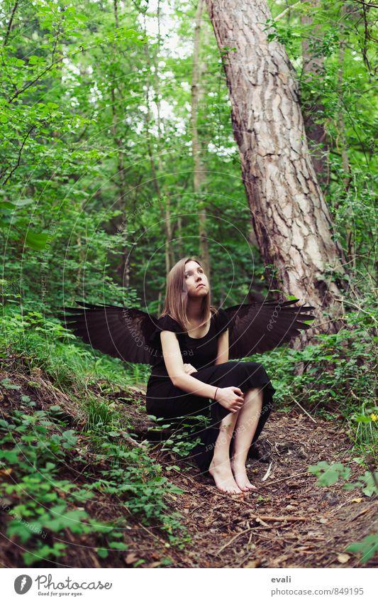 Gefallener Engel Mensch feminin Junge Frau Jugendliche Erwachsene 1 Wald Flügel Feder sitzen träumen warten grün schwarz Surrealismus Farbfoto Außenaufnahme Tag