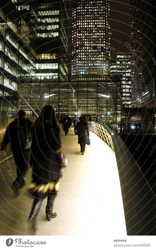 Nachtschicht Canary Wharf London Fußgänger Hochhaus Eile Brücke modern Beleuchtung Bewegung