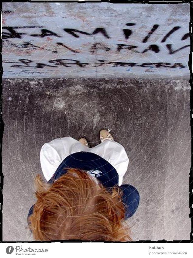 ..interestanding.. Mensch Kind Farbe Wand Haare & Frisuren Kopf Mauer Fuß Familie & Verwandtschaft Graffiti Kunst dreckig planen Wind groß lernen