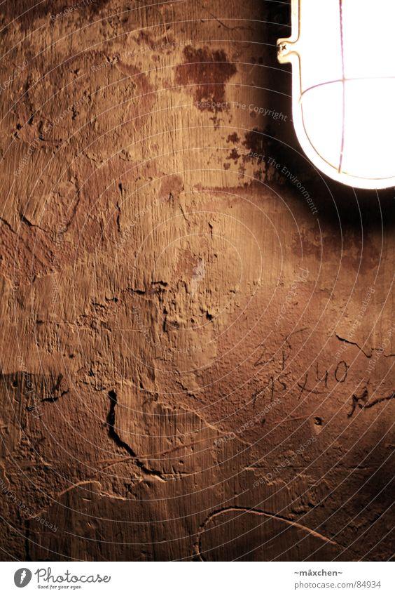 cellarwall alt Lampe dunkel Wand springen Mauer dreckig kaputt verfallen Verfall Putz Keller