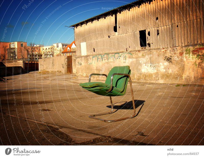verlassener designer grün Einsamkeit Stuhl verfaulen München verfallen Möbel schäbig Lagerhalle gemütlich Sitzgelegenheit Mexiko Designer verrotten