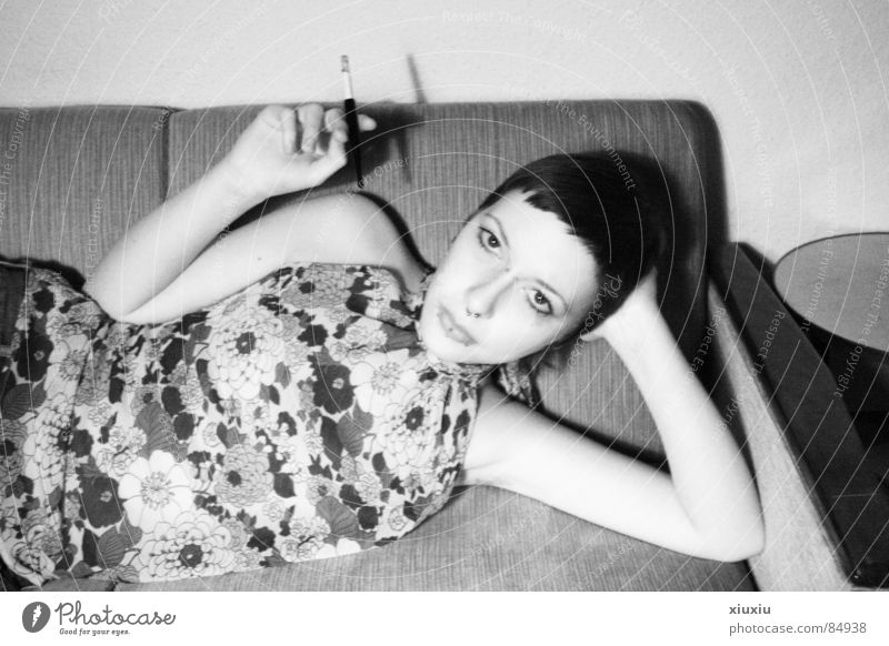 anja Frau Mensch Blume retro Rauchen Zigarette bleich Schwarzweißfoto Haarschnitt Kurzhaarschnitt Zündschnur Zigarettenspitze