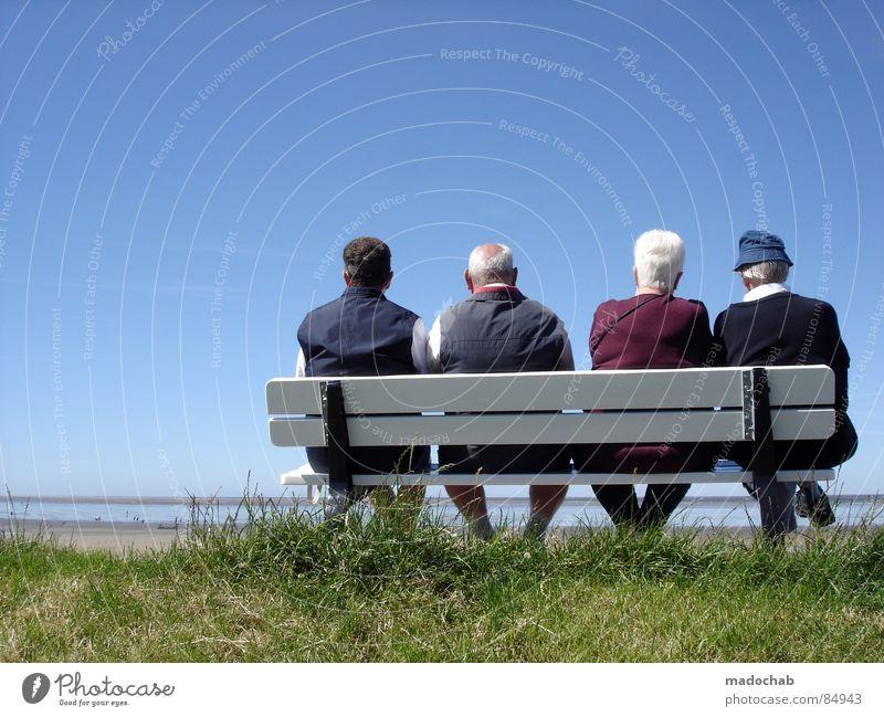 Renter Paare auf einer Bank im Sommer, die ihre Rente genießen und freudig in die Zukunft blicken Glück Gesundheit Gesundheitswesen Leben Zufriedenheit Erholung