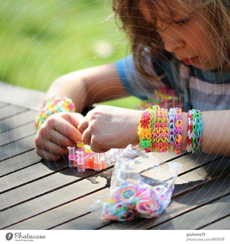 Loom Bandz Künstler androgyn Kind Kleinkind Kindheit Arme Hand 1 Mensch 3-8 Jahre Schmuck Armband Spielen trendy gelb grün violett rosa türkis gewissenhaft Idee