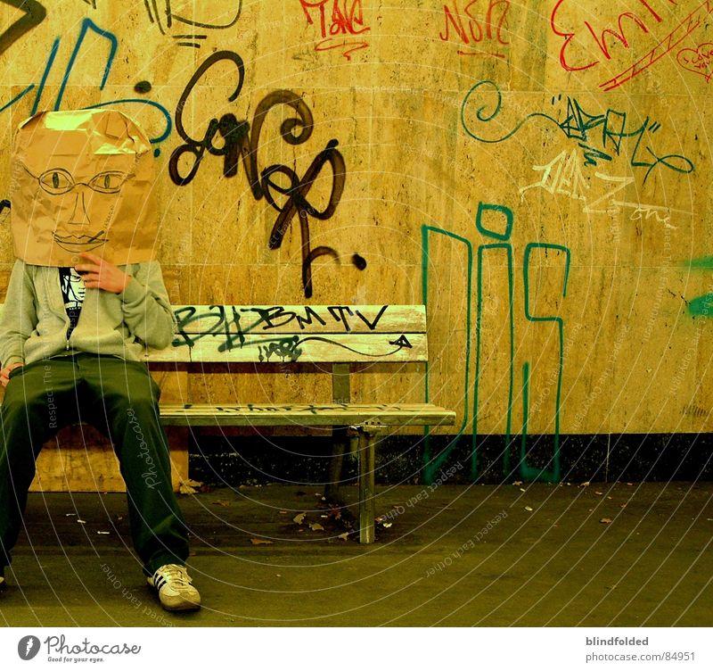 wo ist mrs. bagman? Grobian Tüte Tunnel dreckig Langeweile trist Fußgängerunterführung Biest schmuddelig warten Ungeheuer graffitto Papiersack graffitti Mensch