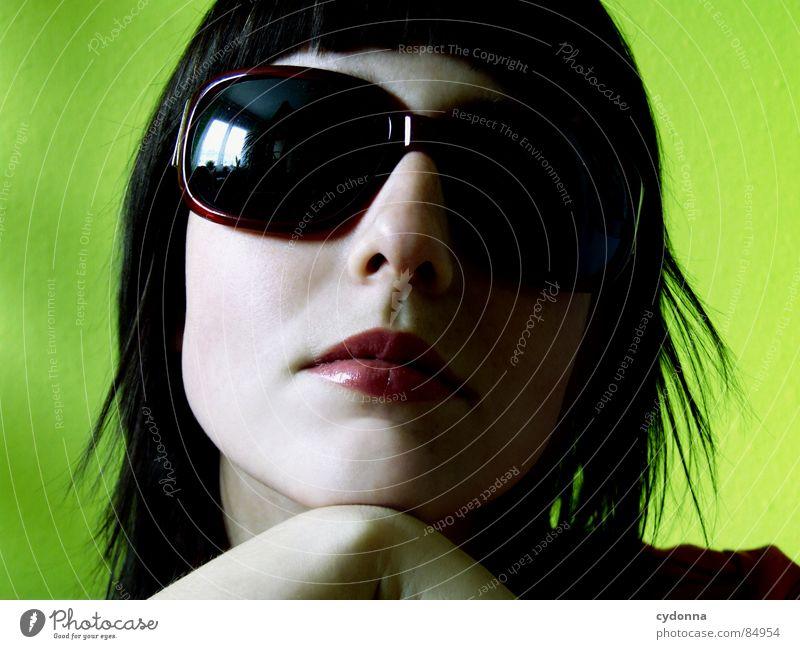 Farbe bekennen V Frau Mensch grün rot Gesicht dunkel Erholung Gefühle Stil Haare & Frisuren Kopf Mund Raum Mode Glas