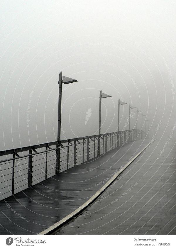 we fade to grey ruhig Einsamkeit dunkel grau Traurigkeit Regen gehen Nebel nass Trauer Brücke feucht Geländer Bach verloren gelehrt