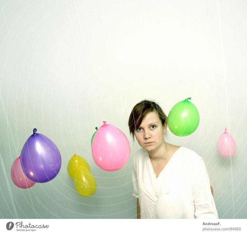 between balloons Luftballon mehrfarbig weiß Frau Porträt staunen erstaunt ernst Farbe Blick High Key hell Vor hellem Hintergrund Textfreiraum oben