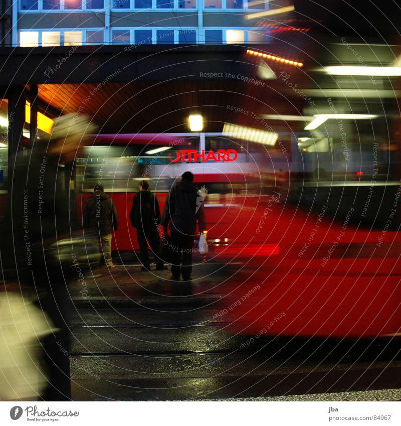 Trambern Straßenbahn Bewegung dunkel Bewegungsunschärfe Teer rot Licht Rücklicht Fensterfront Haus Gotthardsberg gehen ruhig Stress unruhig Eile Verkehr