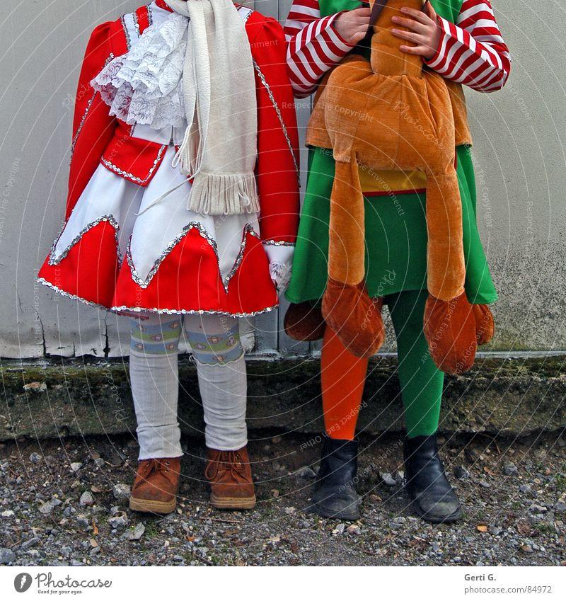 Karneval brutal Kind grün rot Freude Straße Wege & Pfade Kunst Freundschaft orange 2 Freizeit & Hobby stehen Bodenbelag Pferd Kultur Kleid