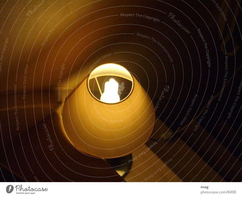 Licht im Dunkel Lampe Treppe Häusliches Leben Treppenhaus Vogelperspektive Energiesparlampe Nachtlicht